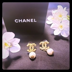 💕 Chanel Pearl Earrings 💕